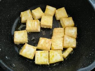 香菇焖豆腐,煎制好一面换另一面煎制