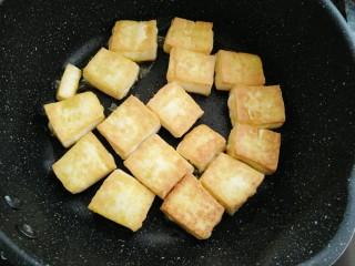 香菇焖豆腐,煎好再复煎一次
