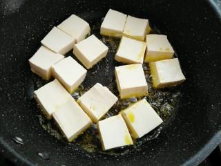 香菇焖豆腐,热锅烧油放入豆腐中大火煎制一分钟
