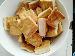 香菇焖豆腐,剩下的豆腐都煎好盛出