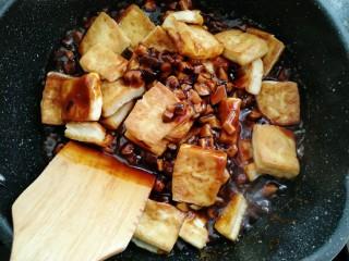 香菇焖豆腐,放入豆腐焖煮两分钟