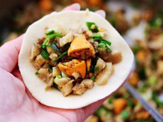 蘑菇海虹麦穗包,面皮里放入适量的馅料。