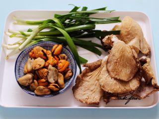 蘑菇海虹麦穗包,首先备齐所有的食材,海虹提前洗净后煮熟扒出肉来备用,<a style='color:red;display:inline-block;' href='/shicai/ 116/'>韭菜</a>摘洗干净备用。