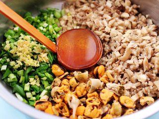 蘑菇海虹麦穗包,先加入<a style='color:red;display:inline-block;' href='/shicai/ 849/'>花生油</a>把所有的食材混合均匀,这样做出来的馅料不会出水。