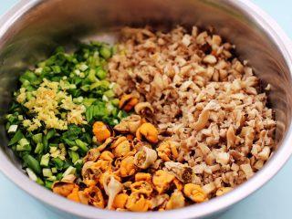蘑菇海虹麦穗包,把切好的蘑菇和韭菜,海虹肉和姜末放到一个大一点的盆子里。