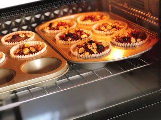 巧克力果仁小蛋糕,送入预热好的烤箱,中层、上下火180度烤15-20分钟,直到完全膨胀
