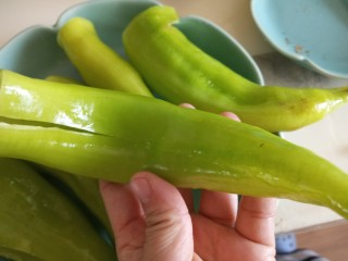 虎皮尖椒酿肉,青椒用剪刀剪开一条缝