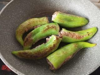 虎皮尖椒酿肉,放入辣椒煎到出现虎皮色