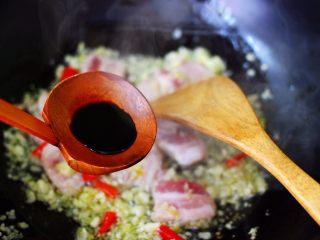 蒜香花肉小苔菜,大火继续翻炒片刻后,加入生抽调色。
