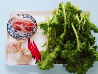 蒜香花肉小苔菜,准备好所有的食材。