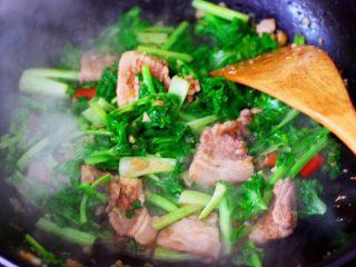 蒜香花肉小苔菜,大火继续翻炒片刻。