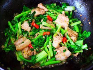 蒜香花肉小苔菜,翻炒至小苔菜断生变色时,即可关火。