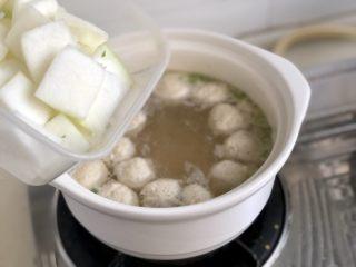 点翠清汤白玉丸➕木耳冬瓜丸子汤,转中火,下冬瓜片,煮开后转小火煮三分钟