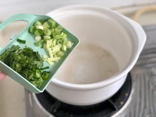点翠清汤白玉丸➕木耳冬瓜丸子汤,开始下锅喽,准备个汤锅,阿晨用的砂锅,珐琅锅不粘锅等也可以,热锅后小火加入少许食用油,加入葱白姜丝煸香
