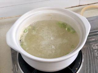 点翠清汤白玉丸➕木耳冬瓜丸子汤,加入一勺太太乐鲜鸡汁调味,大家也可以用鸡汤或猪骨汤味的浓汤宝,半块即可,搅拌化开。如果实在家里都没有,清水也可以😛