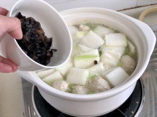 点翠清汤白玉丸➕木耳冬瓜丸子汤,加入木耳,再小火煮两分钟