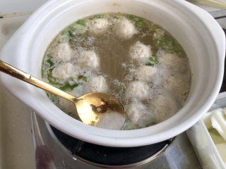 点翠清汤白玉丸➕木耳冬瓜丸子汤,用勺子撇去浮末