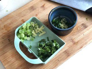 点翠清汤白玉丸➕木耳冬瓜丸子汤,一半姜切姜丝,一半切姜末,小葱分葱白葱绿分别切末,香菜切末
