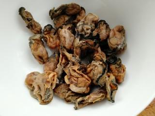 牡蛎鱿鱼粥,清洗干净