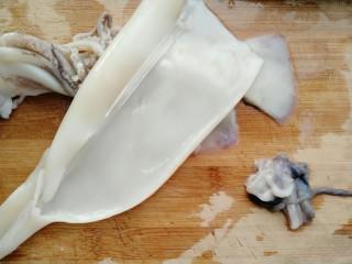牡蛎鱿鱼粥,撕去外皮洗净