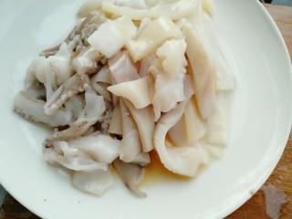 牡蛎鱿鱼粥,切段放入料酒腌制十五分钟