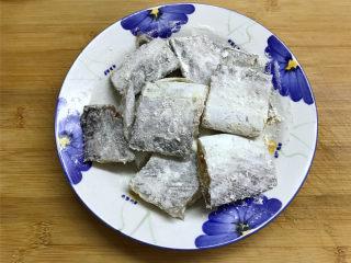 萝卜丝带鱼,把腌好的带鱼清洗后,用厨房纸吸干水分后薄薄地裹上一层面粉。