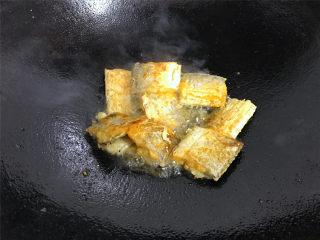 萝卜丝带鱼,一面煎好后翻面煎另一面,煎 至两面呈金黄色后捞出。
