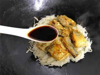 萝卜丝带鱼,再把煎好的带鱼一起放入锅中,加入1勺生抽,适量盐。