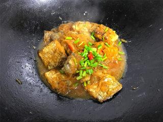 萝卜丝带鱼,煮至入味后即可熄火,熄火前撒入香葱碎,就可以了。