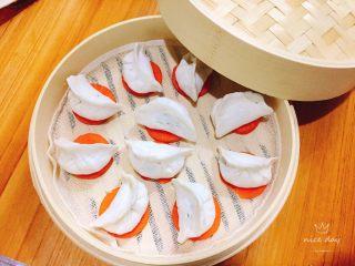 翡翠水晶饺,胡萝卜片垫底