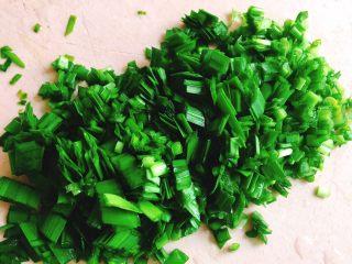 翡翠水晶饺,将韭菜洗净切小