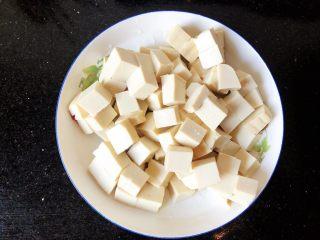 番茄金针菇豆腐汤,5.豆腐选用嫩豆腐,做出来顺滑入口,豆腐切成小块