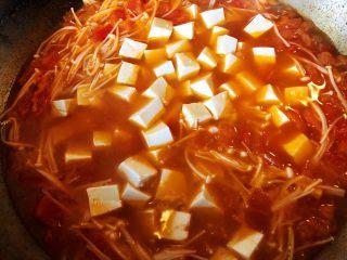 番茄金针菇豆腐汤,12.加入豆腐,煮5分钟左右
