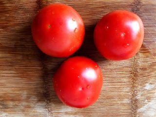 番茄金针菇豆腐汤,1.准备新鲜番茄3个,最好是挑选稍微成熟一点的,这样才能保持番茄的酸甜