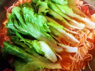 番茄金针菇豆腐汤,13.最后加入生菜