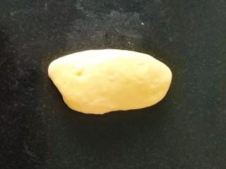 南瓜泥奶香吐司,卷成橄榄型;