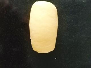 南瓜泥奶香吐司,还是从上至下卷卷,卷成橄榄型,卷两圈半至三圈;