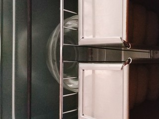 南瓜泥奶香吐司,把面剂子表面喷水,放入烤箱中层烤网上,烤箱下面放一大碗热水,烤箱设置发酵状态,大约30分钟左右,还是看状态,吐司盒子不要盖盖,方便观察发酵状态; PS:二次发酵温度38度,湿度85%; 一般有单独模具的直接用烤网烘烤,如吐司,戚风,不要用烤盘,烤盘对于上下管加热的普通烤箱来说会起到隔热作用;