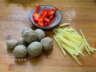 客家风味杂菜煲,生姜去皮切丝,生姜能增香去腥。圆椒切丝,主要是点缀。在牛筋丸表面切一些刀花,煮沸之后会爆开,形成一朵漂亮的花,好看之余还能吸收汤汁。