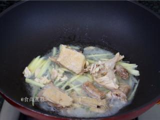客家风味杂菜煲,接着将咸鸡块和碗底的鸡汤一同倒入锅中。