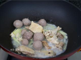 客家风味杂菜煲,倒进牛筋丸,大火煮沸。