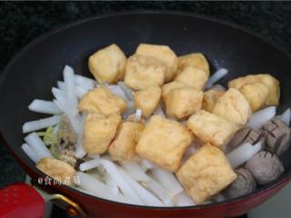 客家风味杂菜煲,加上豆腐泡。