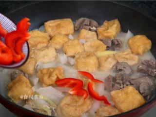 客家风味杂菜煲,撒上辣椒片,搅拌均匀。