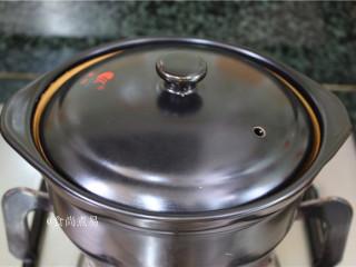 客家风味杂菜煲,将食材盛入砂锅中,遮上盖子,在炉头上中火煲10—15分钟,即可原煲端上餐桌。