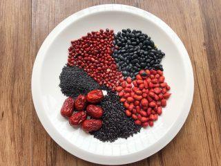 补血养颜粥,首先把食材准备好,黑米40g,黑豆40g,黑芝麻30克,红豆40克,花生50克,红枣6颗,放入盘里待用。