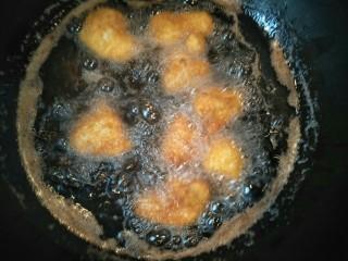 酥炸鸡肉,来回翻转鸡块,直到鸡块炸到金黄即可。