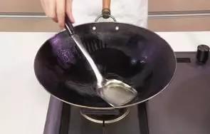 回锅羊肉片,用油起锅,烧至三成热。