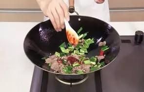 回锅羊肉片,转小火,放入豆瓣酱,加入盐、鸡粉。