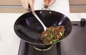 回锅羊肉片,翻炒至食材熟透。