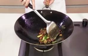 回锅羊肉片,炒匀勾芡汁。